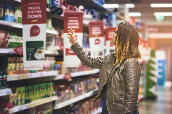 Ragazza-sceglie-al-Supermercato-Exten